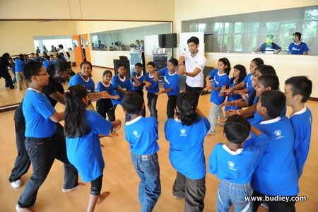DJ Aanantha with the children at the Persona Talent Workshop