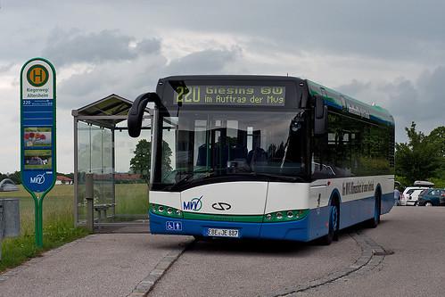 An der Endhaltestelle in Winning wartet der Hybridbus auf seine Rückfahrt