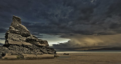 ..... (Francesc Candel) Tags: landscape paisaje rock roca playa nubes cielo beach clouds horizonte horizon sea mar arena sand