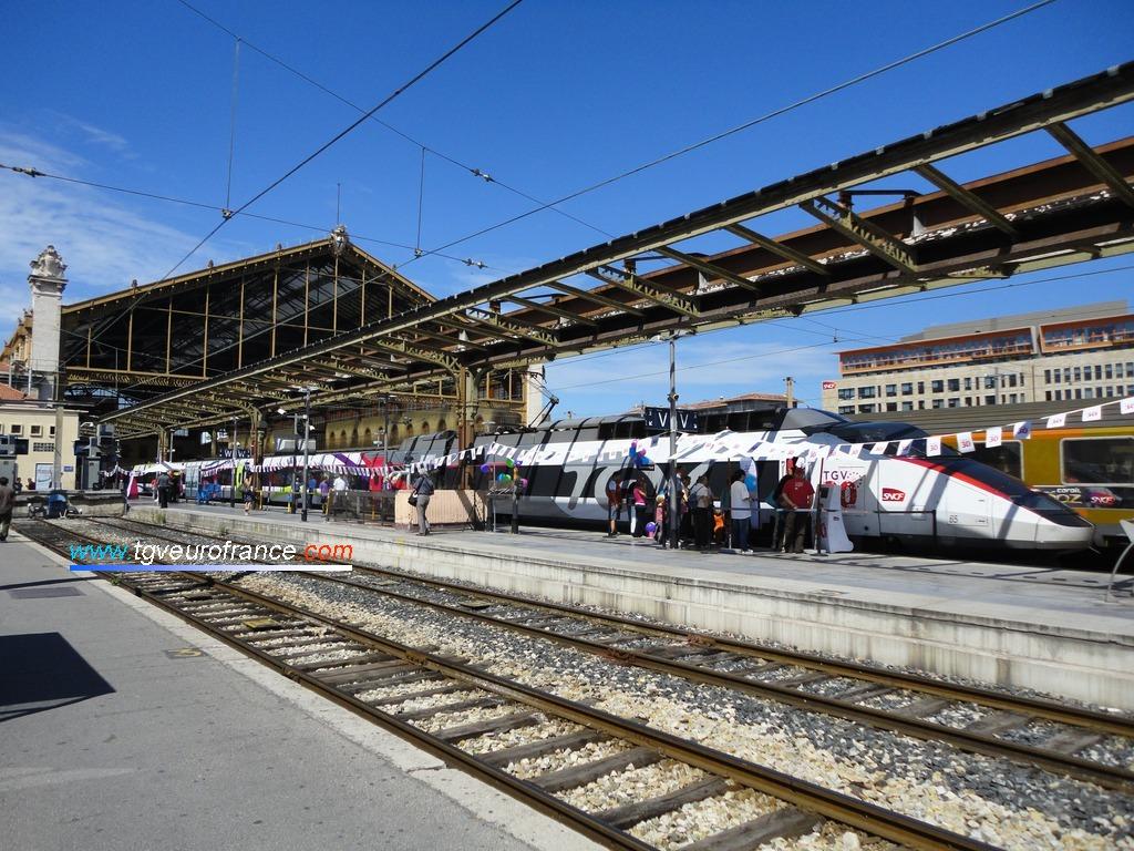 Vue d'ensemble de la gare de Marseille Saint-Charles accueillant la rame TGV Expérience