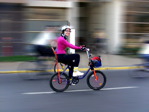Marie en su bici costanera