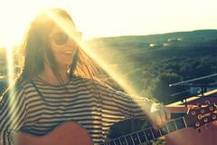 Vamos al cardilogo cuando nos duele el corazn, pero no se nos ocurre acudir al gramtico cuando nos duele la vida. (MarinaVC) Tags: luz chica guitarra paisaje musica gafas sonrisa felicidad msica noia morena somriure hapiness llum felicitat rayos lamora paisatge ulleres tamarit rajos