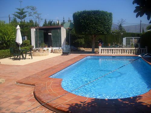 Fabulosa parcela con piscina independiente y zona de juegos. Solicite más información a su inmobiliaria de confianza en Benidorm  www.inmobiliariabenidorm.com