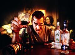 [フリー画像] 人物, 女性, 男性, 飲料, 酒・アルコール, 眼鏡・メガネ, アメリカ人, 201107021300
