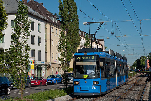 R2-Redesign-Wagen 2124 erreicht die Haltestelle Pelkovenstraße. Das Baustellenschild ist aufgrund des Linienwechslers zur Linie 18 angebracht.