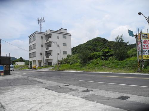 中華電信4層樓高已經遮住天際線,城鄉分署還打算在隔壁蓋8層樓高的飯店。