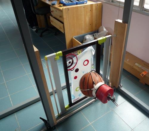 Test d'impact sur la barrière de sécurité Babymoov