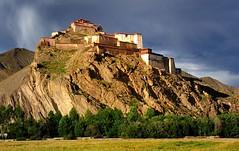 Gyantse Dzong (fortress), Tibet (reurinkjan) Tags: fortress tar 2011 gyantsedzong tibetautonomousregion བོད་ལྗོངས། ©janreurink tibetanplateauབོད་མཐོ་སྒང་bötogang tibetབོད buddhistསངས་རྒྱས་ཆོས་ལུགས་པ buddhismསངས་རྒྱས་ཆོས་ལུགས།sangsrgyaschoslugs natureofphenomenaཆོས་ཀྱི་དབྱིངས་choskyidbyings landscapesceneryརི་ཆུ་ཡུལ་ལྗོངསrichuyulljongsrichuyünjong natureརང་བྱུང་ཁམས་rangbyungrangjung ༢༠༡༡ tsangགཙང་latowesterntibet gyantséརྒྱལ་རྩེ།county landscapepictureཡུལ་ལྗོངས་རི་མོyulljongsrimoyünjongrimo landscapeཡུལ་ལྗོངས།yulljongsyünjong gyantseརྒྱལ་རྩེ། pelkhorchodeདཔལ་ mandalaདཀྱིལ་འཁོར་dkyilkhorkyinkhor doorསྒོ་sgogo sakyaparedhatས་སྐྱ་པ་saskyapa tibetanlandscapepictureཡུལ་ལྗོངས་རི་མོནསབོད་yünjongrimonébö kumbumསྐུ་འབུམ་skubum