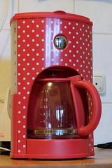 Der Kaffee ist noch nicht fertig.... (Sockenhummel) Tags: kaffeemaschine nheninwahlsdorf nhweiber wahlsdorf fuji x30 fujifilm finepix fujix30 kaffee kaffeekanne rot pnktchen dotties