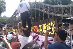 抗議者欲攀入立院內陳情,但遭警力阻擋未果。