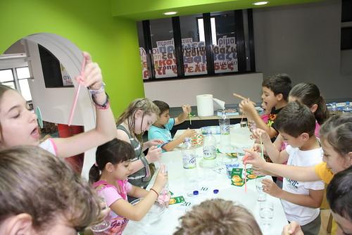 5-7-2011 Πειράματα με το μαγικό βαλιτσάκι της Τίνας by Veria Public Library