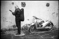 (Turn On, Tune In, Drop Out) (Robbie McIntosh) Tags: leica blackandwhite bw musician film monochrome wall analog 35mm back kodak candid trix strangers streetphotography mandolin hc110 rangefinder bn summicron negative 400 motorcycle analogue m2 biancoenero argentique leicam2 dyi selfdeveloped pellicola kodaktrix400 analogico sunny16 nometering leicam filmisnotdead kodakhc110 hc110dilb mandolinist autaut leicasummicron35mmf20iv guessexposure leicasummicron35mmf2iv summicron35mmf20iv