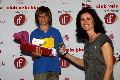 Joan Costa recibe su premio de manos de Nuria March