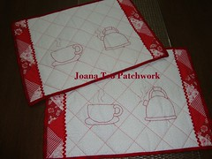 Jogo Americano Redwork (Joana Teo - Artesanato & Patchwork) Tags: foundation patchwork redwork jogoamericano bordadoamo costurinhas pontoatrs kitdecozinha tcnicasdepatchwork joanateopatchwork xixaraebule