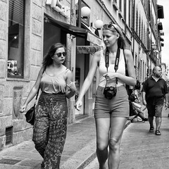 Two girls (Jorge_Soriano) Tags: beauties firenze florencia fotgrafos generos glasses italia italy lugares outfit streetphotography toscana