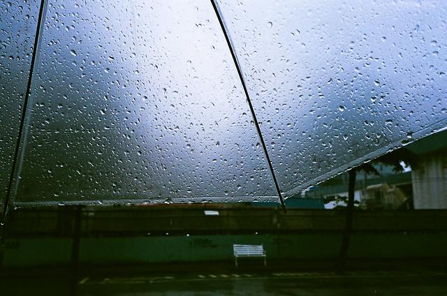 傘上的雨滴一點點