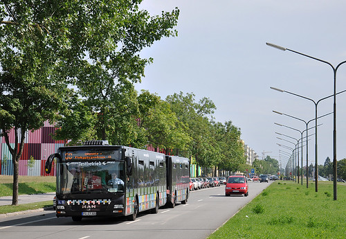 Der Anhängerbus hat gerade seine Fahrt zum OEZ aufgenommen.