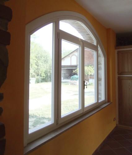 Una finestra Linea Opera ad arco