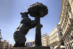 Bear Centre (Tony Shertila) Tags: 20160812152912 esp geo:lat=4041690745 geo:lon=370288610 geotagged madrid sol spain europe weather day clear sky outdoor building architecture sculpture bear strawberrytree angle eagle lookingup