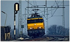 NS 1607 is speeding through Halfweg (Amsterdam RAIL) Tags: train tren 1982 ns eisenbahn railway zug locomotive curve alstom railways trein intercity noordholland courbe halfweg lokomotiv nederlandsespoorwegen chemindefer locomotief elok dutchrailways bocht electriclocomotive eloc 1607 alsthom dubbelebuurt ellok amsterdamrail haarlemmerliedeenspaarnwoudeca