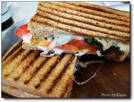 會牽絲的番茄起士義式三明治