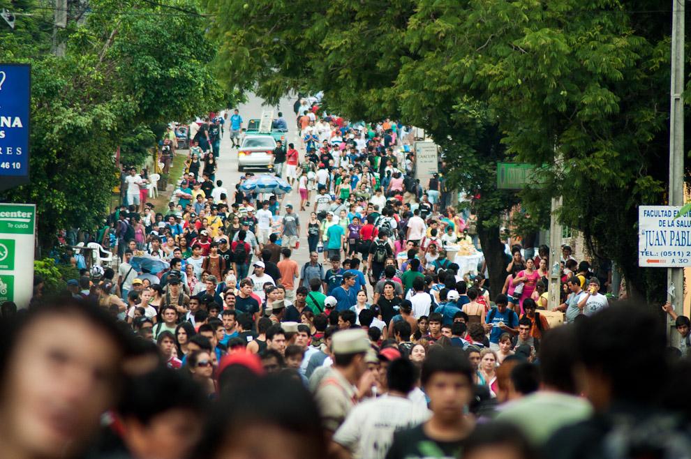 Mucha gente aun ingresando a la Ciudad de Caacupé mucho despues de haber culminado la Misa Central de la mañana del 8 de Diciembre, la ciudad continúa repleta durante todo el día, a las 19:00 se celebró otra Misa con multitudinaria asistencia. (Elton Núñez - Caacupé, Paraguay)