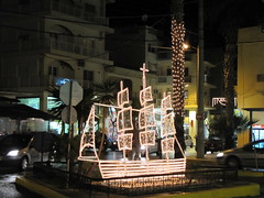 I don't really understand the connection between a boat and the holidays...!? (Ia Lfquist) Tags: christmas light boat decoration kreta greece crete jul happynewyear dekoration ljus grekland ierapetra