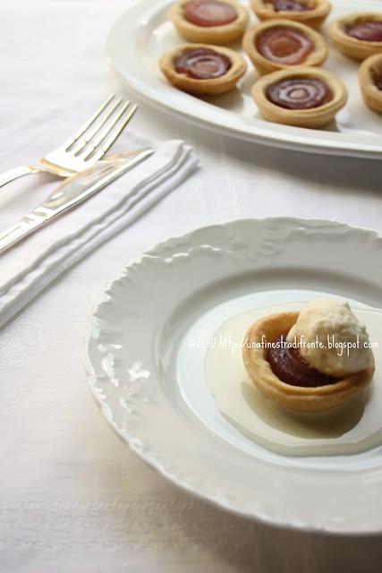 Tartellette con cipolle caramellate e gelato di parmigiano