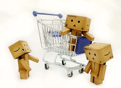 3 Danbo's and a Trolley (nevada38) Tags: japan toys amazon box trolley winkel carton figurine carrello caddy einkaufswagen bonhomme vogn cesta winkelwagen caddie danbo amazoncojp winkelwagentje revoltech  danboard kundvagnen