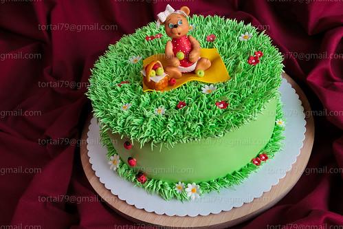 Торт с белковым кремом и фигурками из мастики фото