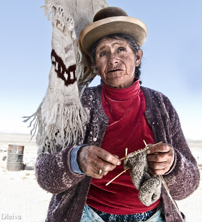 Mujer tejiendo en la llanura desertica de Puno / knitter in the desert of Puno (Perú)
