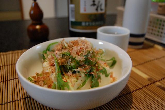 水菜やなんかをごま油と塩で。韓国風豆腐サラダで先ずは熱燗。 #jisui
