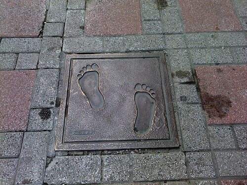 沅陵街的地下鞋印和下水道口的魚