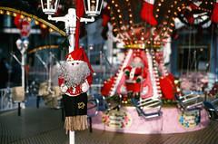 Weihnachtsmann (TW berlinphoto) Tags: red berlin rot analog 35mm kodak slide weihnachtsmarkt slidefilm potsdamerplatz kodachrome kr nikkor kodachrome64 kodakfilm nikonf6 50mmf14d noritsu noritsuscan kodakkodachrome64 noritsuminilabscan