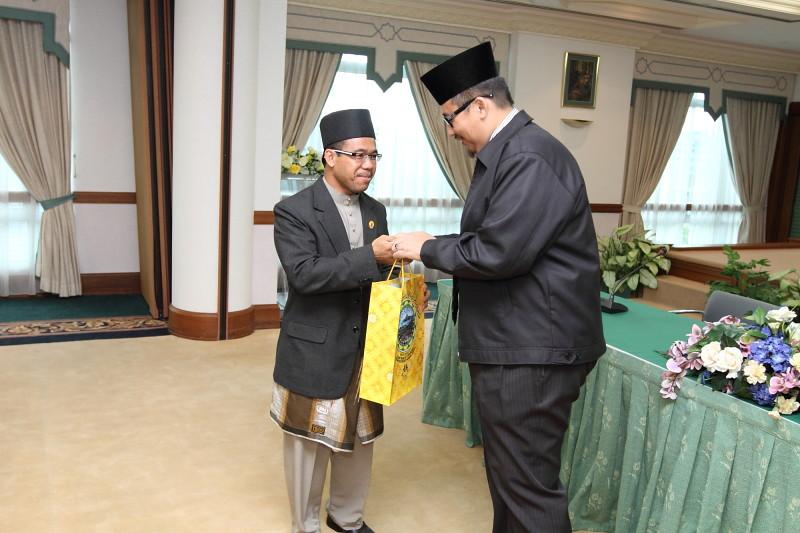 Penyampaian Cenderahati oleh Tetamu Kehormat kepada Ahli Panel Ustaz Hj Jufri