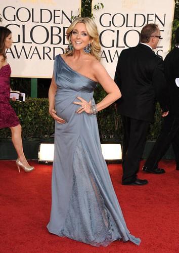 Jane Krakowski embarazada de seis meses con un vestido azul en los Globos de Oro