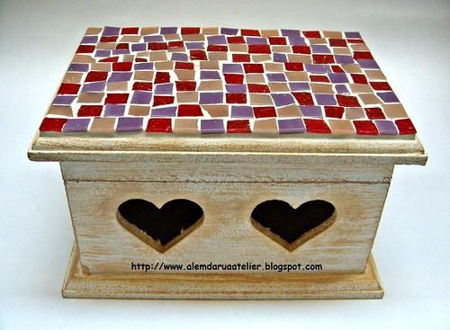 caixa de corações em mosaico