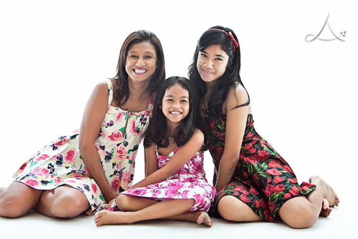 Mommy V & her girls! Gorgeous, arent they? ;)