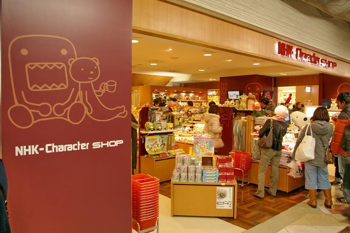 東京車站一番街:一次逛到六家電視台,動漫人物的周邊商店共二十四家店,八家拉麵 | 林氏璧和美狐團三狐的小天地