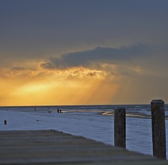 Golden shower (sylvie bergere) Tags: schnee sunset sky snow beach clouds strand couple sonnenuntergang paar himmel wolken egmondaanzee northholland