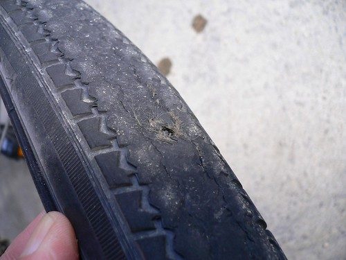 うわちゃー!タイヤに穴が。。。