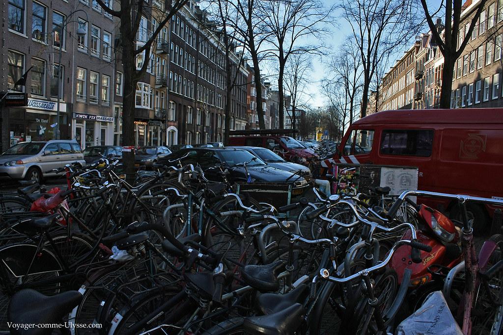 Les vélos sont partout, stationnés même entre les voitures