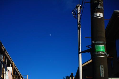 昼間の白い月