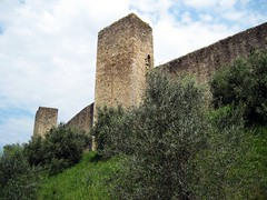 Stronghold of Monterrigioni (Sokleine) Tags: italy italia tuscany walls toscana toscane stronghold fortress italie forteresse festung oliviers monterrigioni olivertrees