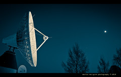 Talk to me (cablefreak) Tags: sky moon night highway dish motorway sweden space satellite atmosphere communication route dishes microwave westcoast e6 antenna parabolic bohusln telia motorvg parabol tanumshede tanumteleport fretagsporten