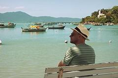 sexta-poser (Capiroba) Tags: sea brazil man hat brasil boats botes mar barcos sombrero santacatarina homem hombre chapéu governadorcelsoramos cássiobusetto
