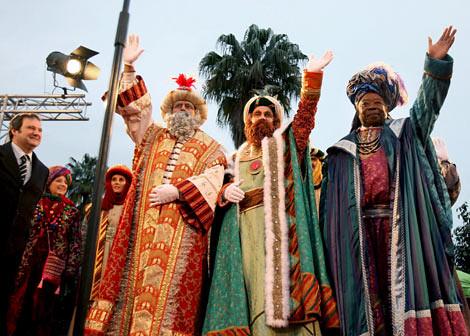 los tres reyes magos llegando al puerto de barcelona