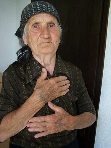 татуировки на грудине инициалы