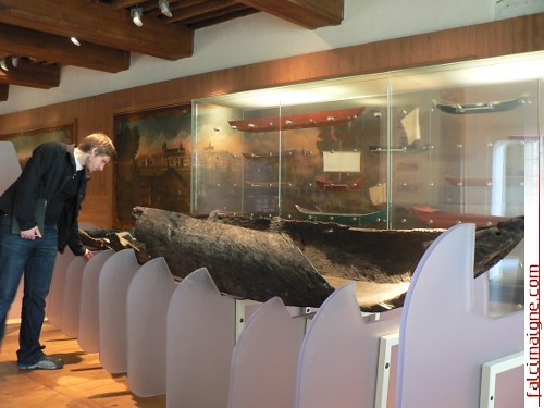 En marge des rencontres, la délégation a pu visiter plusieurs musées basques. Ici, au Musée basque de Bayonne, Simon Vigneault observe un chaland monoxyle, barque faite d'une seule pièce de bois, ancêtre des biscayennes utilisées pour la chasse à la baleine. – Photo: N.Falcimaigne