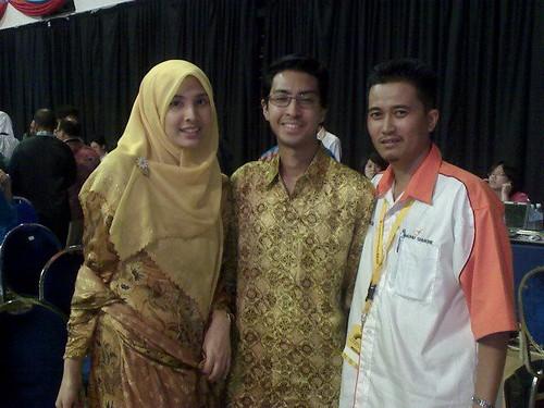 CMK (kanan) bersama Nurul Izzah (kiri). Lelaki di tengah-tengah itu